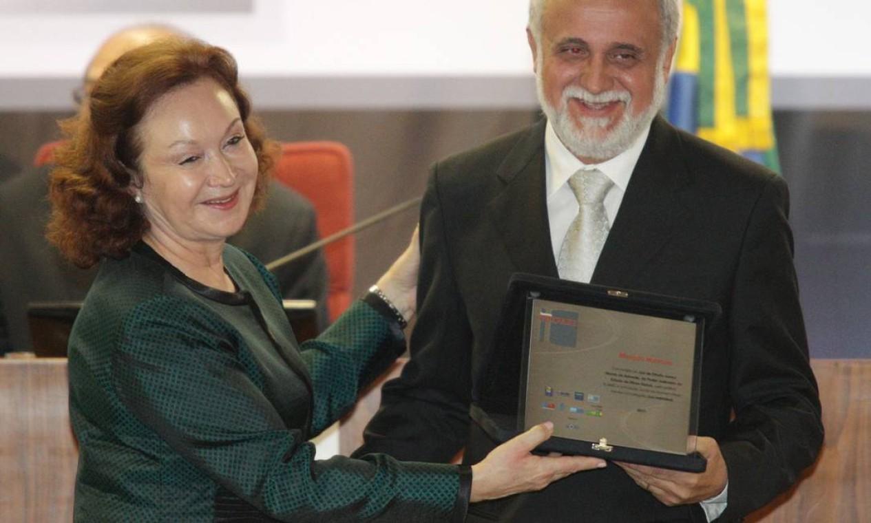 A ministra Nancy Andrighi com o juiz Juarez Morais de Azevedo, premiado com Menção Honrosa na categoria Juiz Individual Foto: Andre Coelho / O Globo