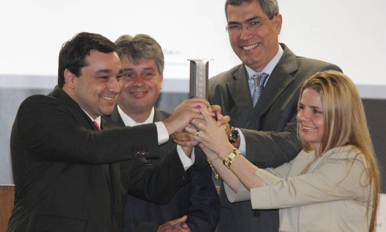 Cláudio Lopes (procurador geral de Justiça do RJ - aplaudindo) e os procuradores Pedro Borges, Rogério Scantanburlo e Renata Bressan, premiados na categoria Ministério Público Foto: Andre Coelho / O Globo