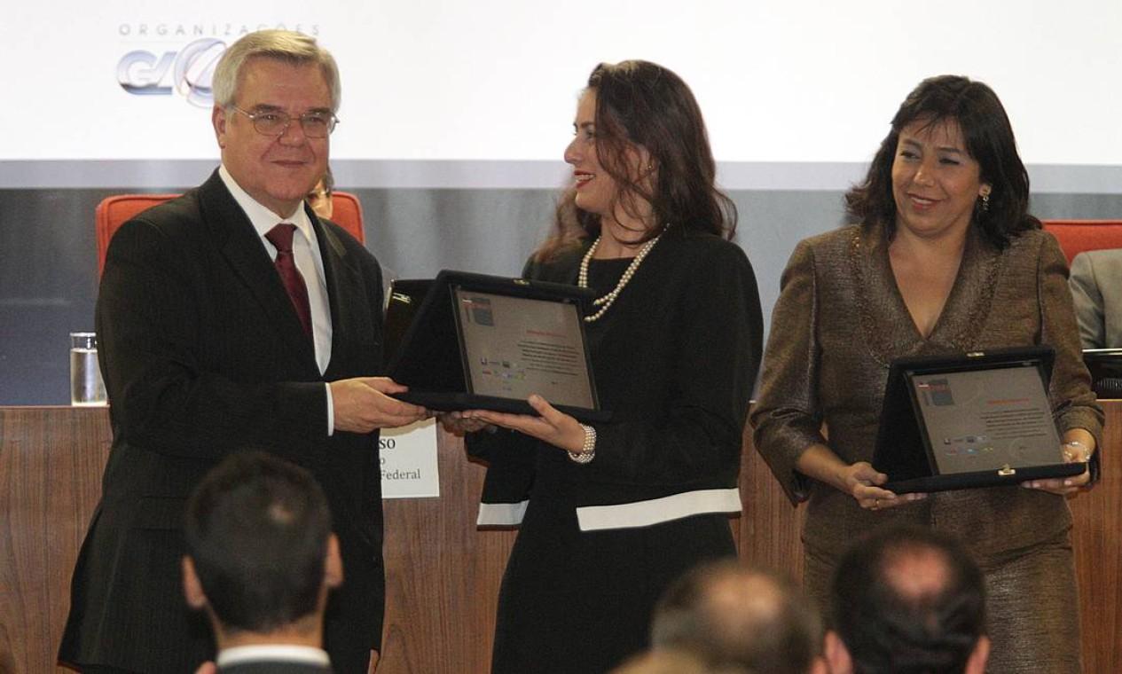 O ministro Sidiney Beneti entrega os prêmios na categoria Defensoria Pública para as defensoras Maria Goreti Ramos e Letícia de Camargo Millen Foto: Andre Coelho / O Globo
