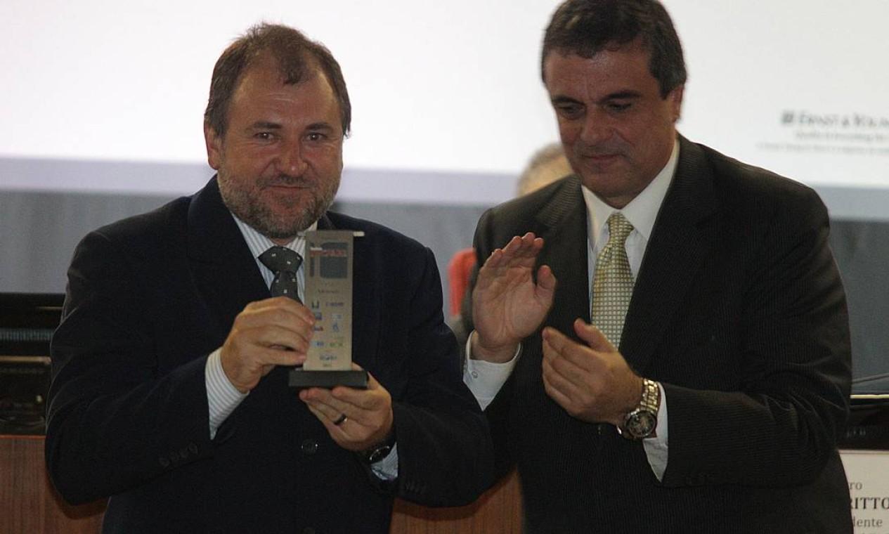 O ministro da Justiça José Eduardo Cardozo, com Darci Frigo, premiado na categoria Advocacia Foto: Andre Coelho / O Globo