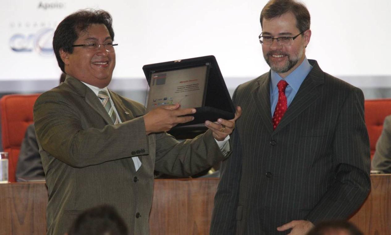 O ministro Dias Toffoli (STF), com Sebastião Ferreira Leite, premiado com Menção Honrosa na categoria Advocacia Foto: Andre Coelho / O Globo