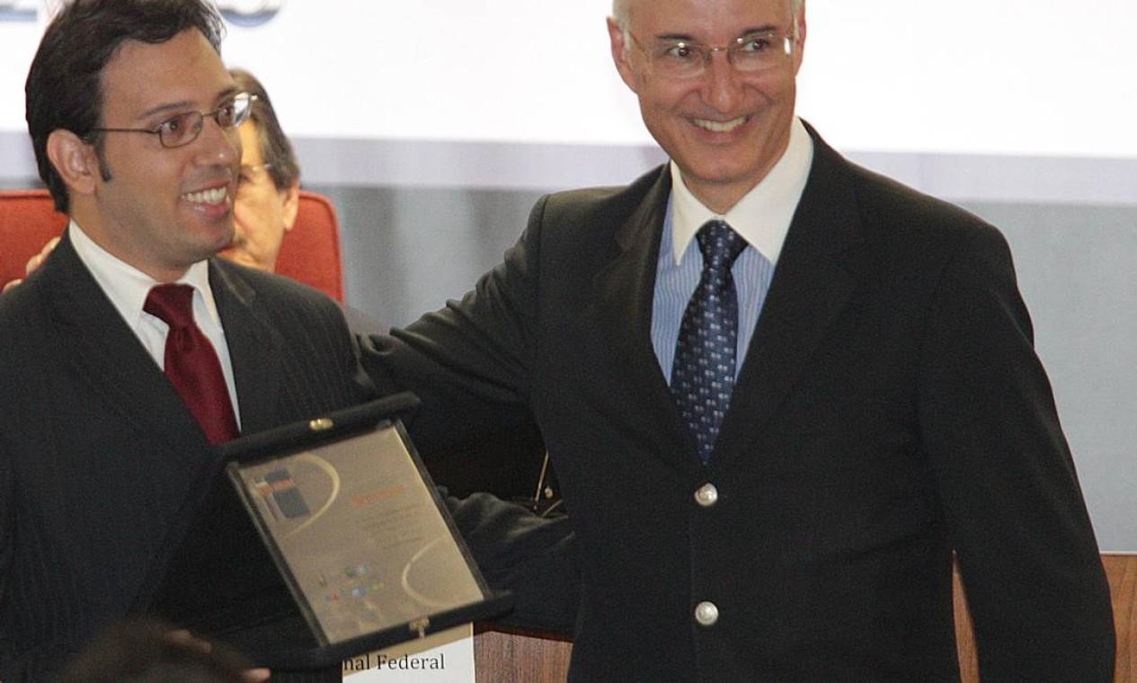 O ministro Ives Gandra com Thiago Paim, premiado com Menção Honrosa na categoria Advocacia Foto: Andre Coelho / O Globo