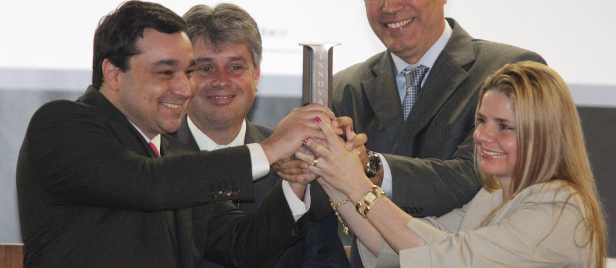 Cláudio Lopes, procurador-geral de Justiça do Rio, aplaude os promotores Pedro Borges, Rogério Scantamburlo e Renata Bressan, que foram premiados Foto: Andre Coelho / O Globo