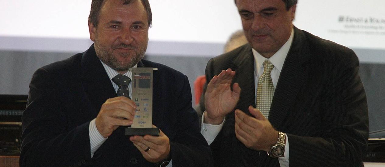 O ministro da Justiça, José Eduardo Cardozo, entrega o prêmio a Darci Frigo, idealizador do projeto vencedor Foto: Andre Coelho / O Globo