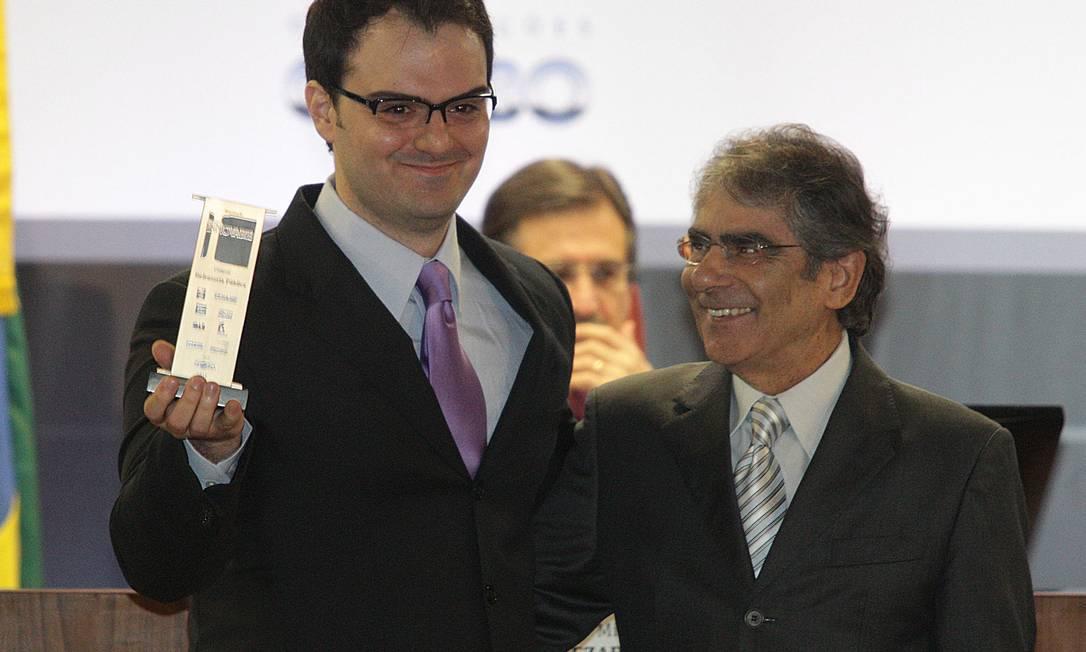 O ministro Ayres Britto (STF) com o defensor público Thiago Tozzi, premiado na categoria Defensoria Pública Foto: Andre Coelho / O Globo