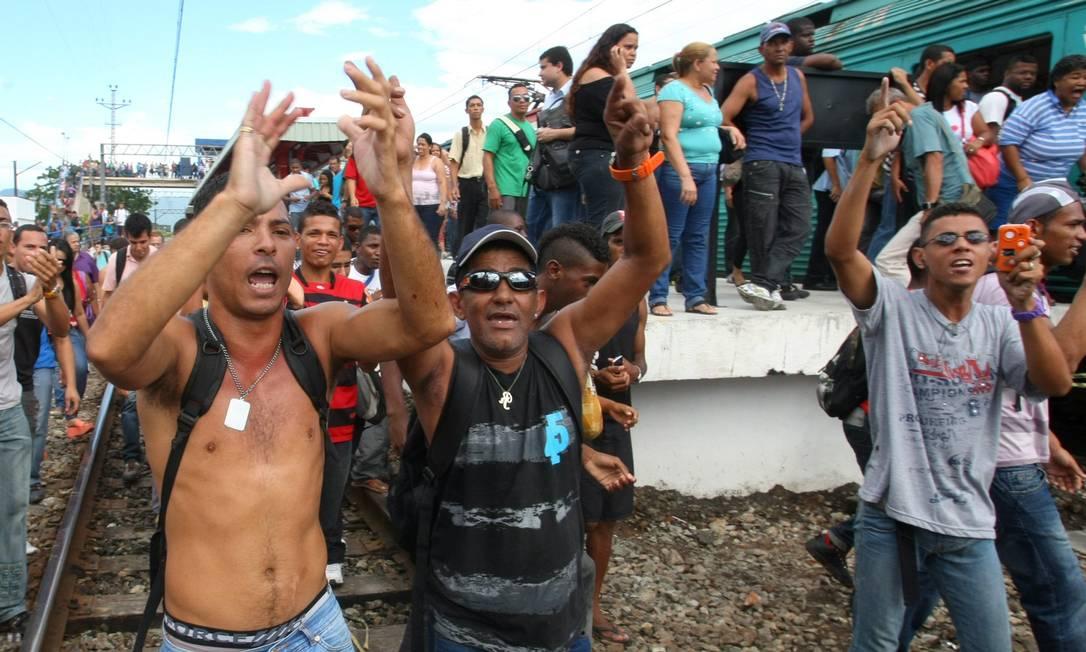 Passageiros ocupam linha férrea de Oswaldo Cruz em protesto Foto: Guilherme Pinto / Extra