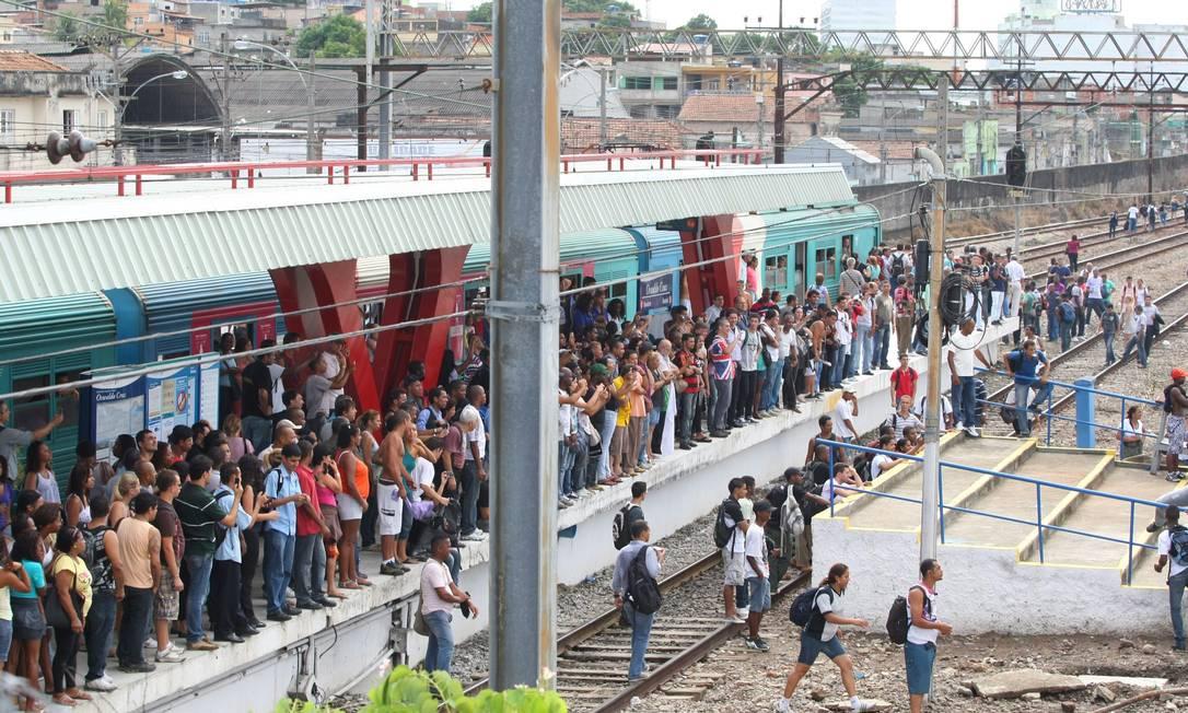 A circulação ficou interrompida por cerca de uma hora nos ramais de Japeri e Santa Cruz. Foto: Guilherme Pinto / Extra