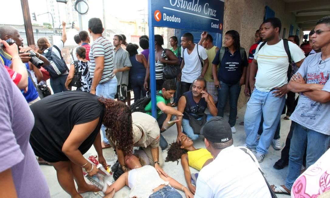 Alguns passageiros passaram mal e foram socorridos por bombeiros e amigos Foto: Guilherme Pinto / Extra