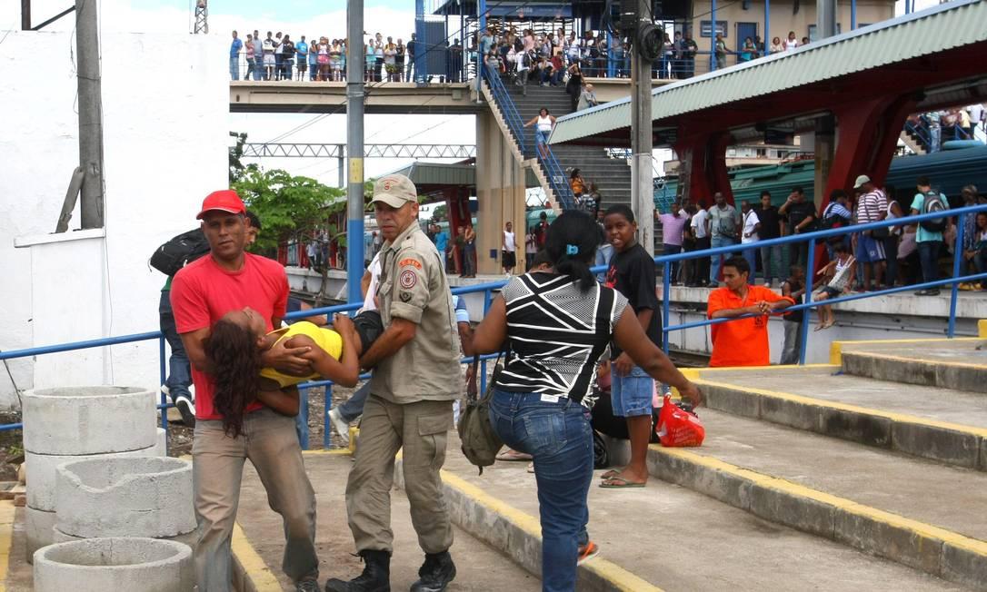 Bombeiros retiram jovem que passou mal da estação de Oswaldo Cruz Foto: Guilherme Pinto / Extra