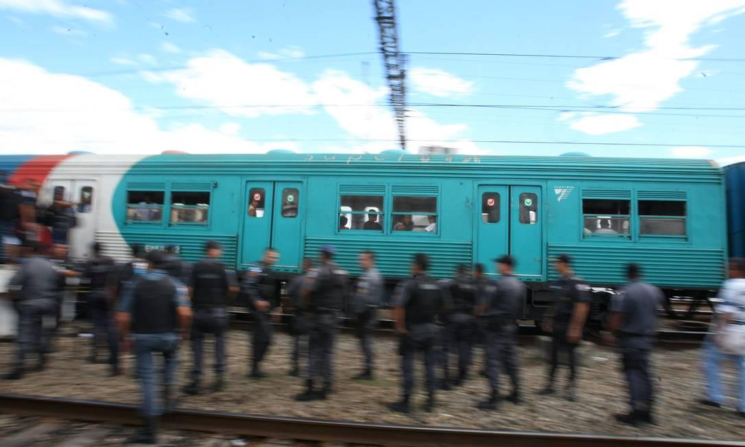 Policiais acompanham o retorno da circulação dos trens Foto: Guilherme Pinto / Extra