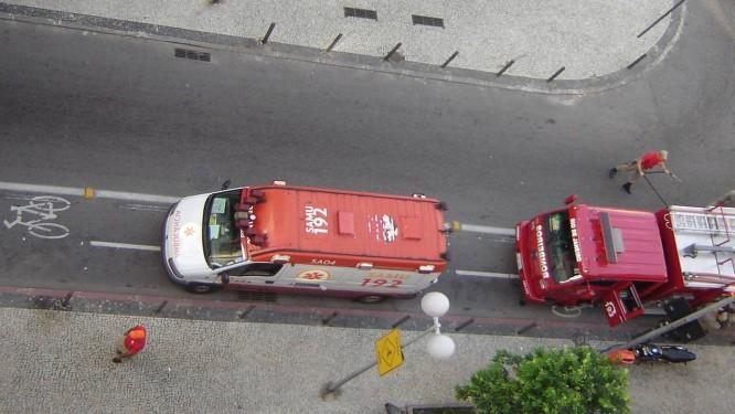 Veículos do quartel do Corpo de Bombeiros em Copacabana são parados sobre ciclofaixa Foto: Foto do leitor Lauro Nogueira / Eu-Repórter