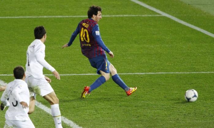 Messi chuta para marcar o quarto gol do Barcelona, o seu segundo na partida Issei Kato / Reuters