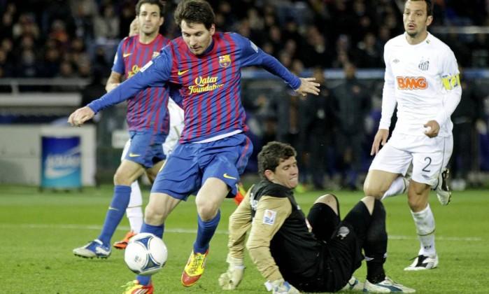 Messi marca seu primeiro gol contra o Santos Hiro Komae / AP