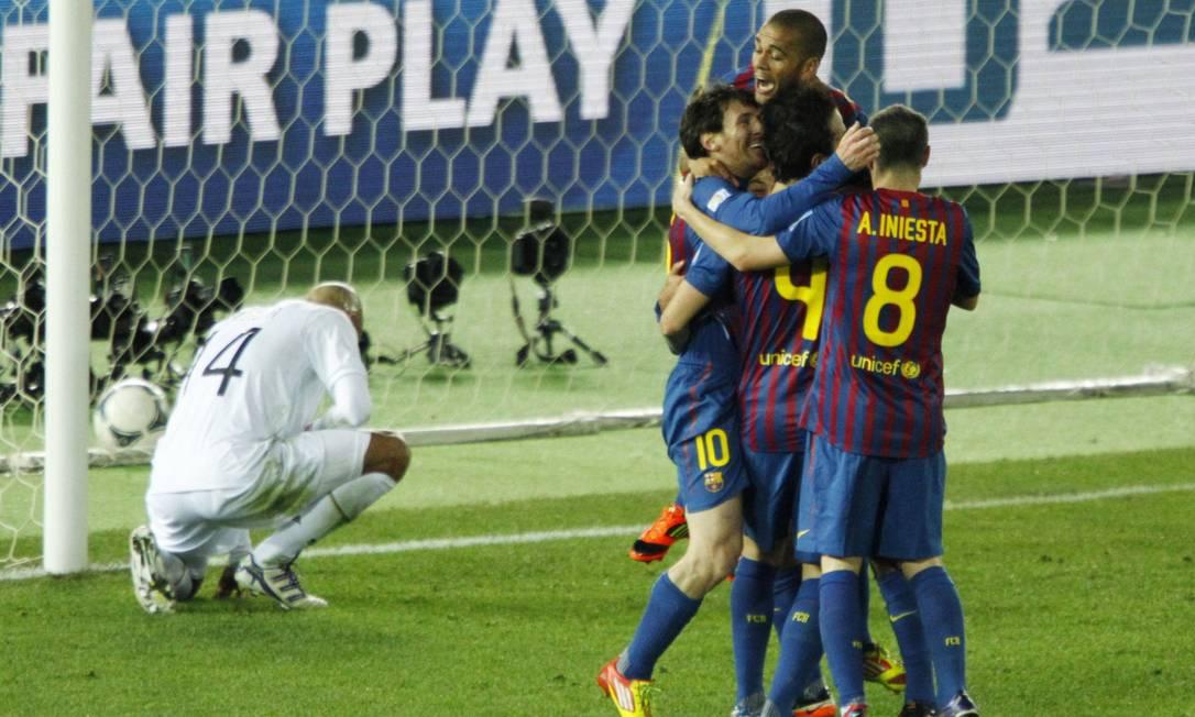 Fábregas comemora com os companheiros do Barça. Ao fim do primeiro tempo, a vitória já parecia certa ISSEI KATO / REUTERS