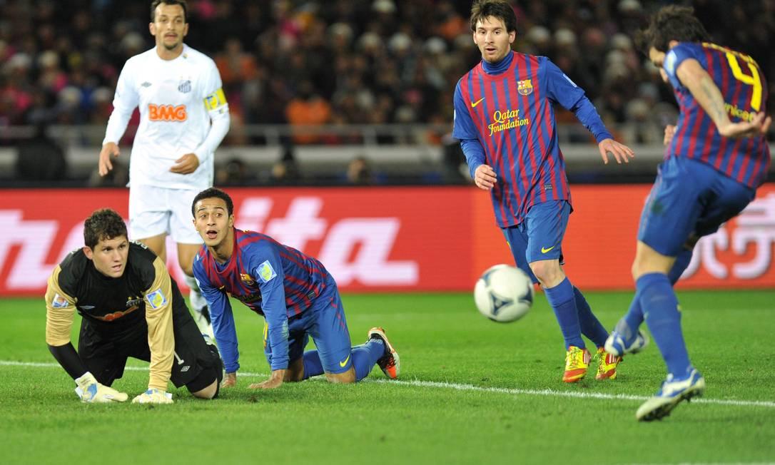 Aos 43 do primeiro tempo, Messi recebeu de costas para o gol e deu passe de calcanhar para Daniel Alves cruzar. Rafael fez duas defesas em sequência, mas a bola ainda sobrou para Fábregas, no rebote, fazer 3 a 0 KAZUHIRO NOGI / AFP