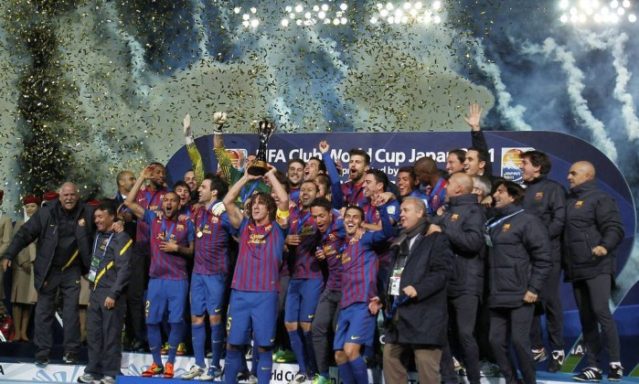 O capitão Puyol levanta a taça: o Barcelona é bicampeão mundial Reuters