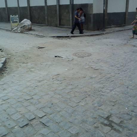 Obras da CEG destroem calçamento e meio-fio na esquina das Ruas do Carmo e Sete de Setembro, no Centro Histórico do Rio Foto: Foto do leitor Guilherme Hazan