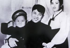 Kim Il-sung, sua primeira mulher, Kim Jong-suk, e Kim Jong-il, filho do casal, ainda criança Foto: REUTERS