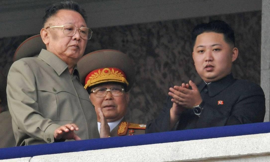 Kim Jong-il (à esquerda) passa em frente a seu filho mais novo e provável sucessor, Kim Jong-un (à direita), durante parada militar em Pyongyang, em outubro de 2010 Foto: REUTERS