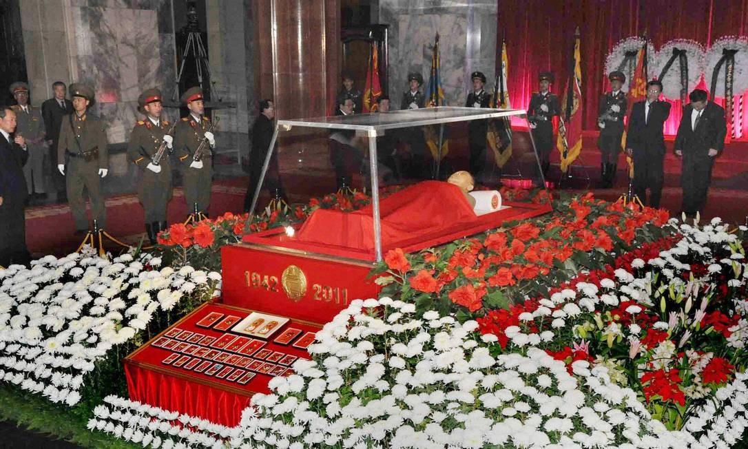 Oficiais e autoridades acompanham velório de Kim Jong-il no Memorial Kumsusan Foto: REUTERS