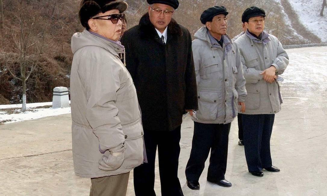 Kim Jong-il aparece ao lado do irmão Jang Song-Thaek (à direita): Jang deve supervisionar tranferência de poder para jovem sobrinho Kim Jong-un Foto: AFP