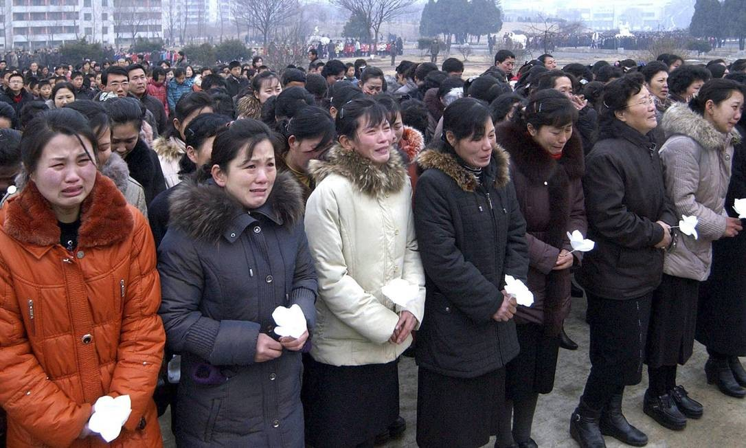 Norte-coreanas choram em frente a um memorial de Kim Jong-il Foto: REUTERS
