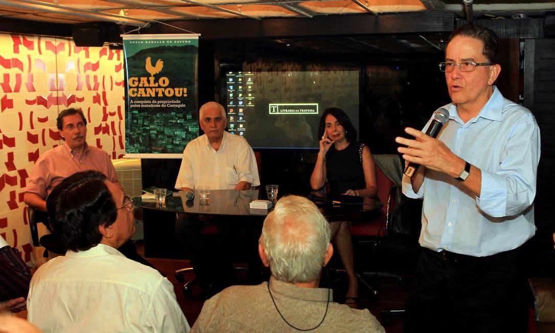 Paulo Rabello (em pé) explica como moradores conquistaram títulos de propriedade no Cantagalo Foto: Cezar Loureiro / O Globo