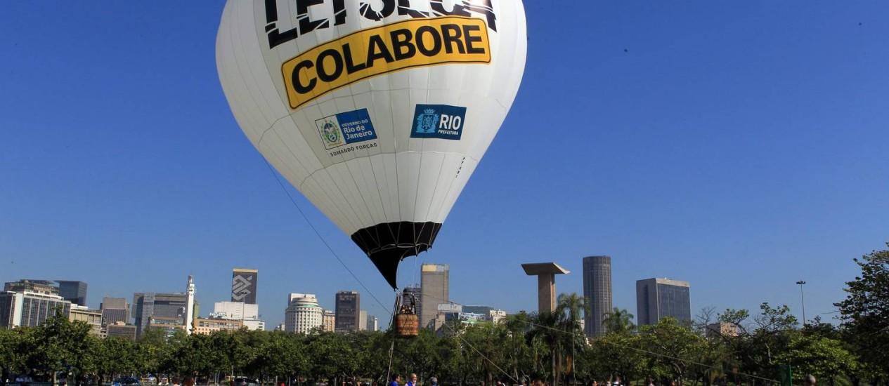O balão da Lei Seca ficará na Praia de Copacabana da próxima segunda-feira até o dia 1º de janeiro. O voo de teste foi realizado nesta quinta-feira, no Aterro do Flamengo Foto: O Globo / Cezar Loureiro
