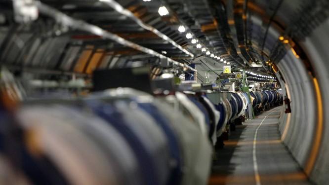 O túnel do LHC, o Grande Colisor de Partículas, experimento que está tentando fundamentos da física Foto: AP