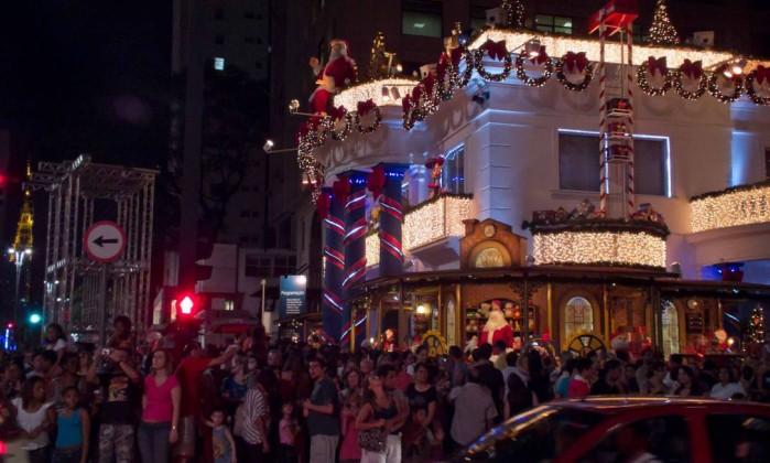 O visual atraiu uma multidão, que acabou atrapalhando o trânsito na noite de quarta-feira. Foto do leitor Claudio Amaral / Eu-Repórter