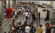 Passageiros em filas de check in no aeroporto do Galeão: empresas precisava avisar sobre atrasos e cancelamentos de voo