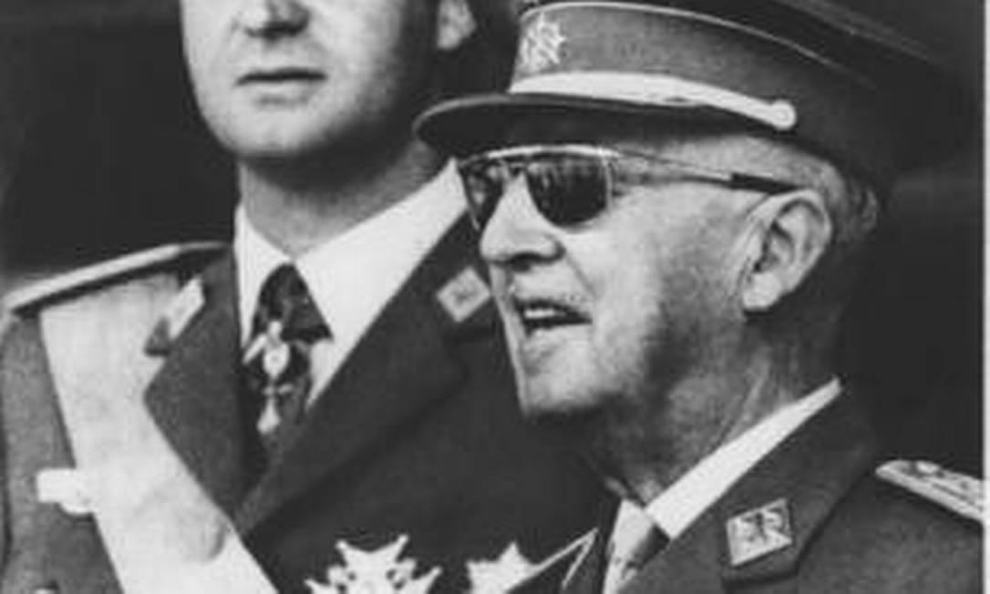 Juan Carlos e o general Francisco Franco, em 1975: 'pai adotivo' Foto: AP