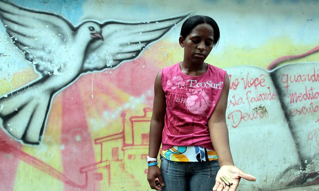 Jéssica da Silva Maxiliano, irmã de Abraão, que foi morto na Vila Cruzeiro, mostra as balas encontradas no local do crime Foto: Gabriel de Paiva / O Globo