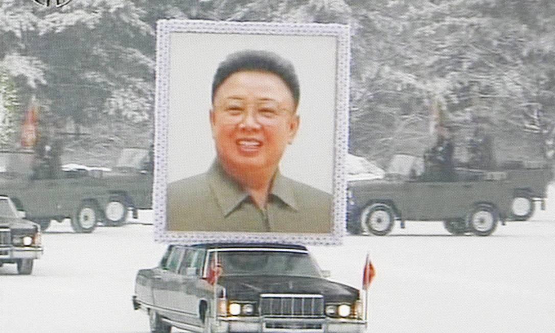 Imagem da televisão KRT mostra um poster do ex-líder da Coreia do Norte Kim Jong-il durante procissão de seu funeral em Pyongyang Foto: AP