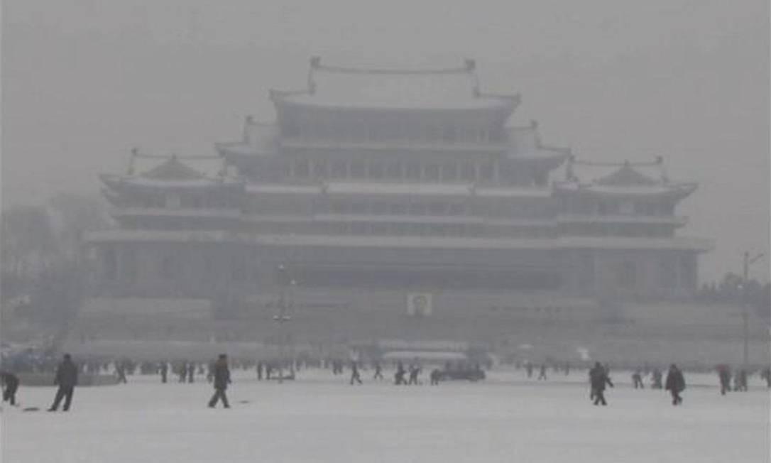 Norte-coreanos caminham na neve na praça Kim Il-sung, em Pyongyang, antes do funeral de Kim Jong-il Foto: Reuters