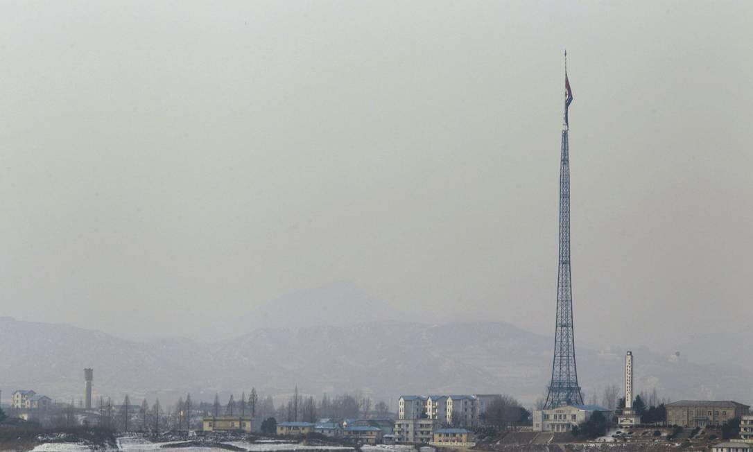 A bandeira norte-coreana é hasteada a meio mastro em homenagem a Kim Jong-il na cidade de Panmunjom, perto da fronteira com a Coreia do Sul Foto: AP