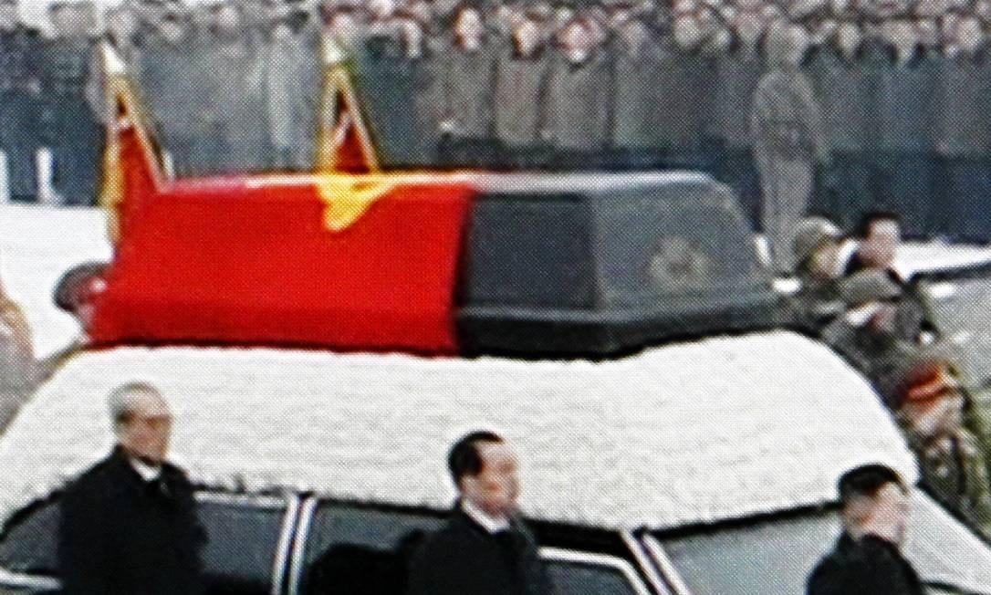 O caixão foienvolvido numa bandeira do Partido dos Trabalhadores Foto: AP