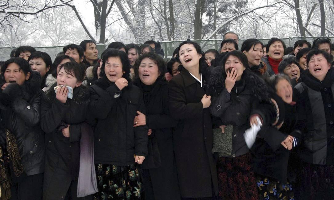 Norte-coreanos choram ao verem a passagem do cortejo fúnebre Foto: Reuters