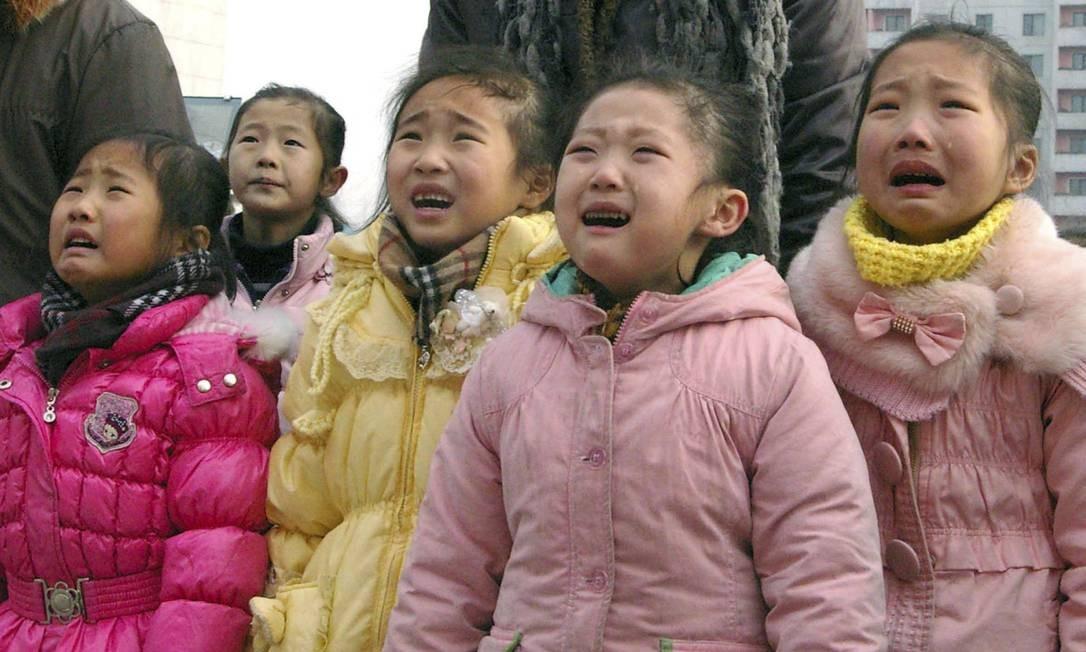 Meninas aos prantos pela morte de Kim Jong-il Foto: REUTERS