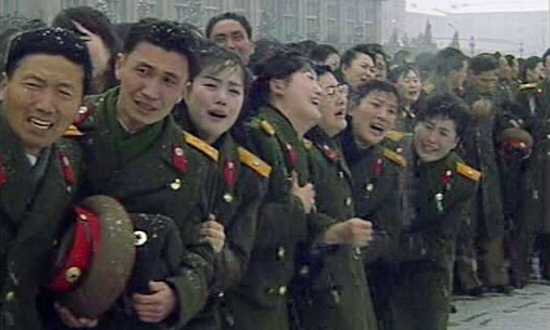 Militares choram durante o cortejo fúnebre de Kim Jong-il Foto: REUTERS
