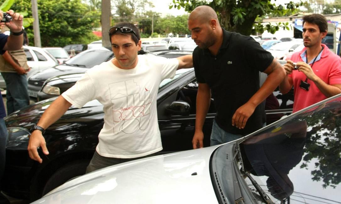 O atleta chegou ao prédio da 16ª DP (Barra da Tijuca) em sua BMW por volta das 15h25m Extra / Guilherme Pinto