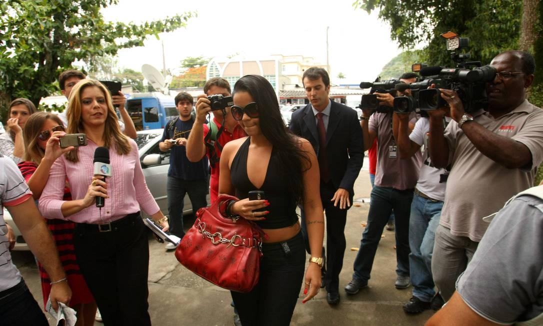 Pouco antes, chegou à delegacia Viviane Faria, amiga de Adriene, que também defende a versão do atacante Extra / Guilherme Pinto