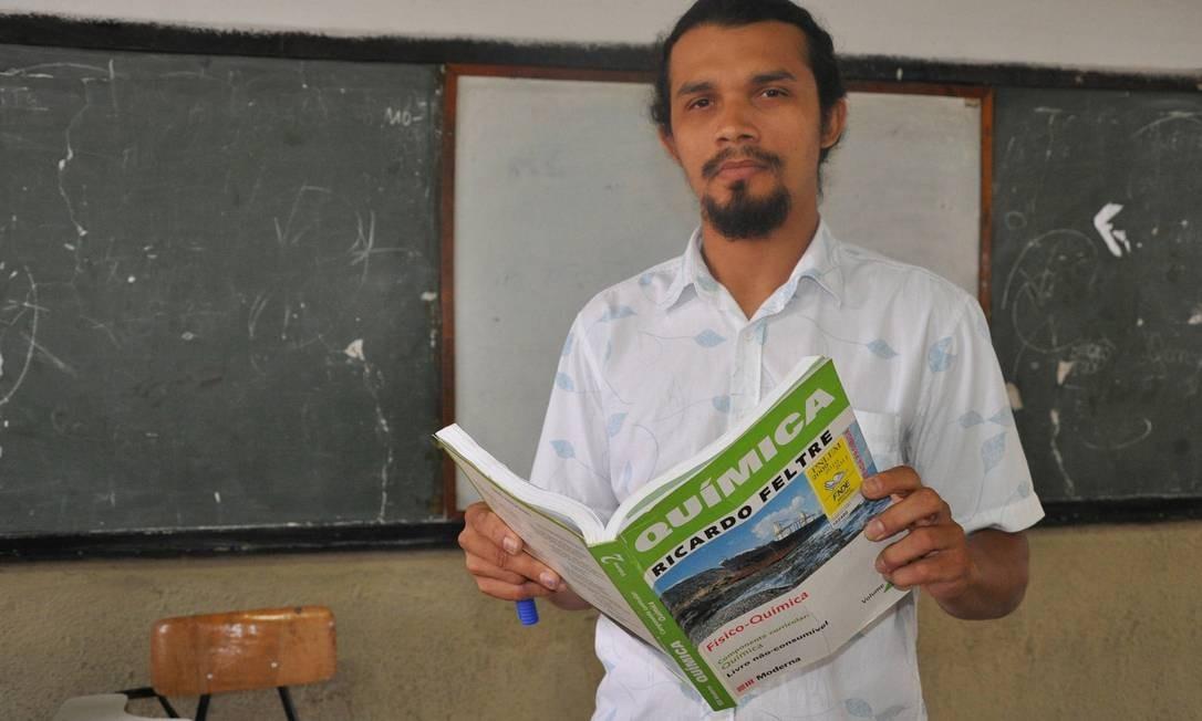 Licenciado em Química, Luiz Brito aceitou dar aulas de Física para que alunos não fossem prejudicados no vestibular Foto: Efrém Ribeiro / O Globo