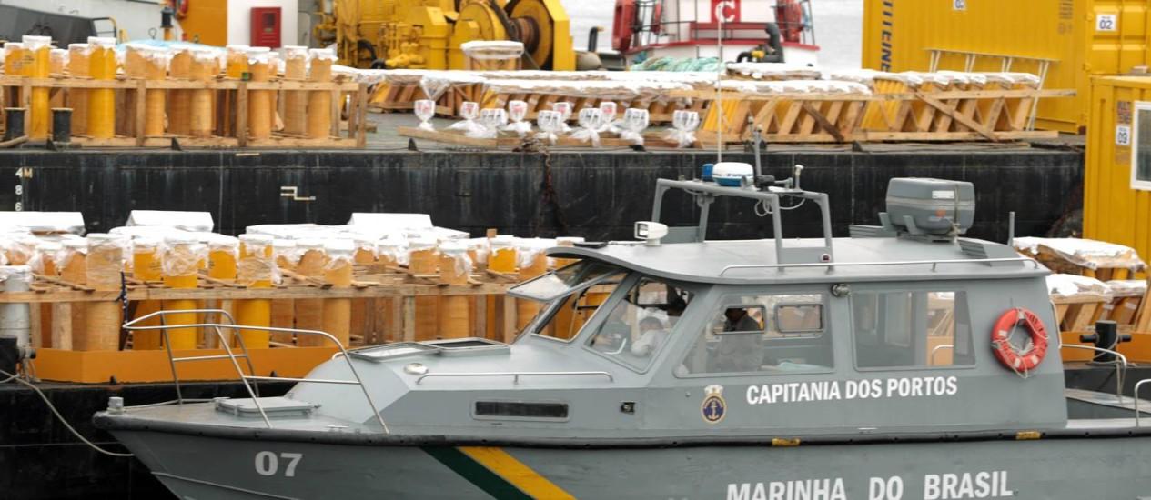 Capitania dos Portos fará uma operação lei seca no mar durante o réveillon do Rio. Na foto, um barco da capitania faz uma vistoria nas balsas que levam os fogos que serão usados no réveillon Foto: Gabriel de Paiva / O Globo