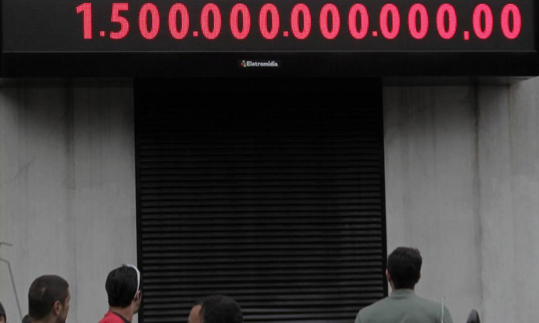 Impostômetro vira a casa de R$ 1 trilhão e meio Foto: Eliaria Andrade / Agência O Globo