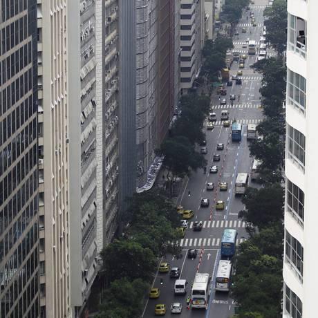 Trânsito flui bem no segundo dia do sistema BRS da Avenida Rio Branco. Na foto, um registro da via às 10h Foto: Custódio Coimbra / Agência O Globo