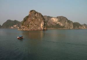 Baía de Halong, no Vietnã, um dos destinos que devem ser beneficiados com novos voos para a Ásia Foto: Carla Lencastre / O Globo