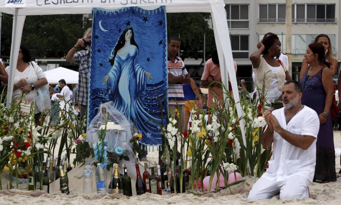 Fiéis celebram Iemanjá nas areias da Praia de Copacabana, na Zona Sul do Rio Foto: Marcos Tristão / O Globo
