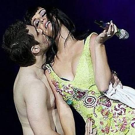 Júlio de Sorocaba beija Katy Perry durante show da cantora no Rock In Rio Foto: divulgação