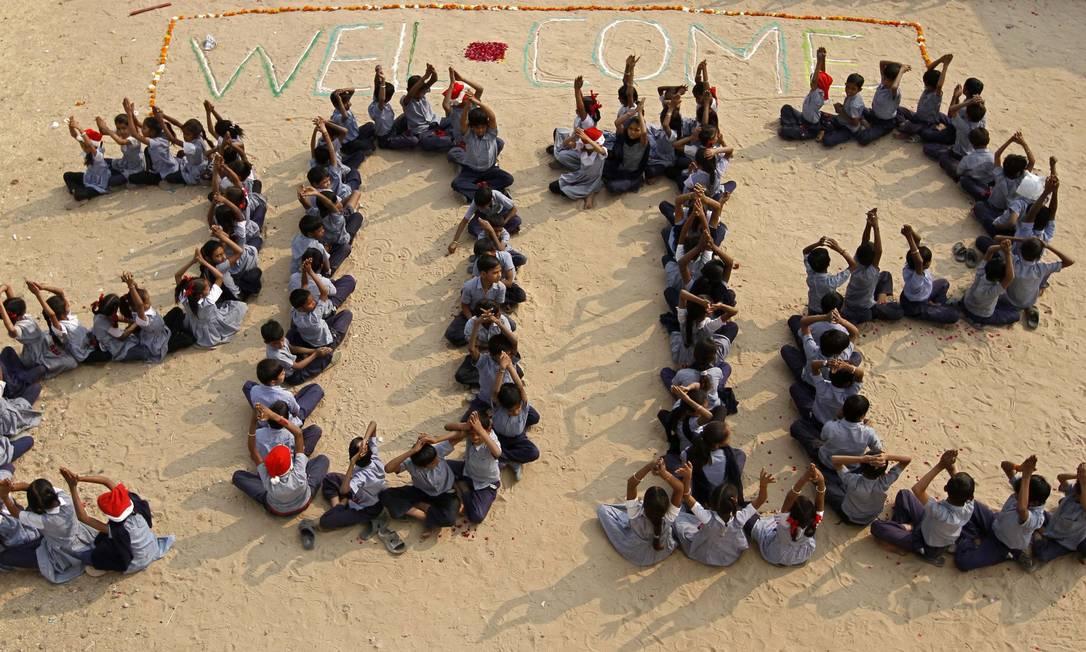 Estudantes de uma escola indiana dão boas-vindas a 2012 Foto: AMIT DAVE / REUTERS